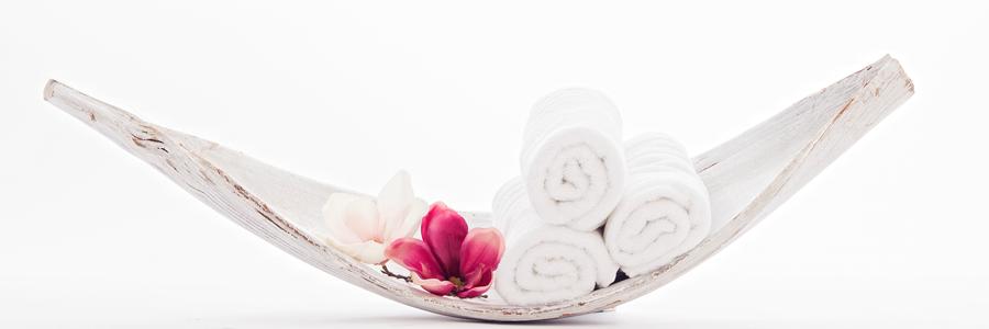 Handtücher mit Blume in Holzschale